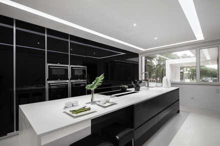 Beleza não é casual: Cozinhas minimalistas por FABRI