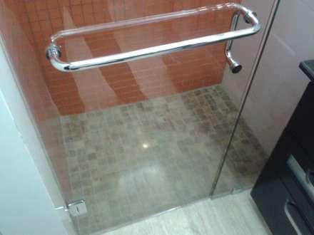 DETALLE DE REVESTIMIENTO ANTIRESBALANTE EN DUCHAS: Baños de estilo minimalista por CelyGarciArquitectos c.a.
