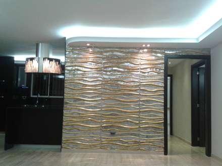 ILUMINACIÓN DE LUCES INDIRECTAS: Salas / recibidores de estilo minimalista por CelyGarciArquitectos c.a.