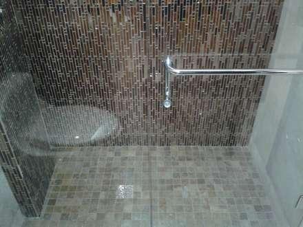 PISO ANTIRESBALANTE EN MÁRMOL PARA DUCHA: Baños de estilo minimalista por CelyGarciArquitectos c.a.
