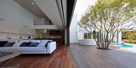 披露山_海の家: Mアーキテクツ 高級邸宅 豪邸 注文住宅 別荘建築 LUXURY HOUSES   M-architectsが手掛けたリビングです。
