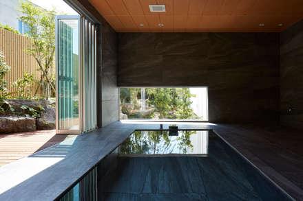披露山_海の家: Mアーキテクツ 高級邸宅 豪邸 注文住宅 別荘建築 LUXURY HOUSES   M-architectsが手掛けた浴室です。