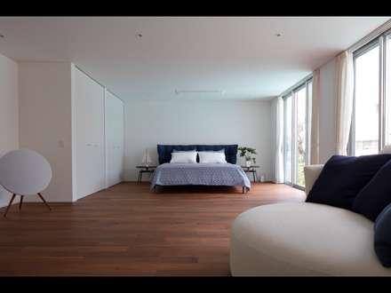披露山_海の家: Mアーキテクツ 高級邸宅 豪邸 注文住宅 別荘建築 LUXURY HOUSES   M-architectsが手掛けた寝室です。