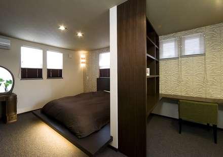 居心地の良いモダン住宅: Frankaが手掛けた寝室です。
