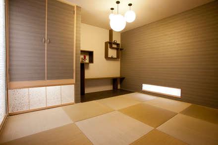 敷地高低差を利用したSKIP HOUSE: Frankaが手掛けた和室です。