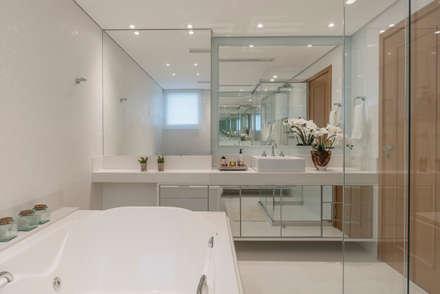 Banho suite Master. : Banheiros clássicos por Sandra Pompermayer Arquitetura e Interiores