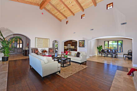 Santaluz Vacant Staged to Sell: mediterranean Living room by Metamorphysis Home Staging Services
