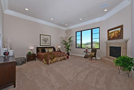 Santaluz Vacant Staged to Sell: mediterranean Bedroom by Metamorphysis Home Staging Services