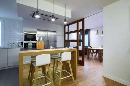Diseño de Cocina Abierta al Salón: Cocinas de estilo moderno de Línea 3 Cocinas Madrid