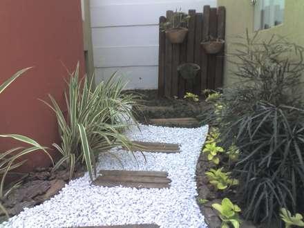 PEQUENOS JARDINS: Jardins modernos por Borges Arquitetura & Paisagismo