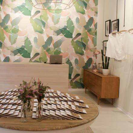 Wallcovering en pared principal Agustina Bosch: Espacios comerciales de estilo  de Agustina Barcelona