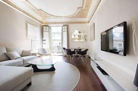 Apartamento Turístico Eixample Barcelona 2013: Hoteles de estilo  de DELATORRE-HAUSMANN INTERIORISTAS