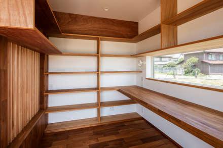 太子町の家-terrace side house-: 祐建築設計事務所が手掛けた書斎です。