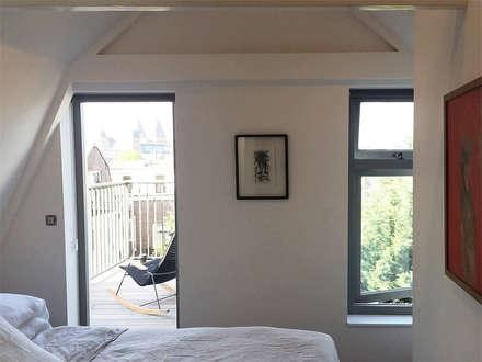 De Pijp Apartment: modern Bedroom by Deirdre Renniers Interior Design