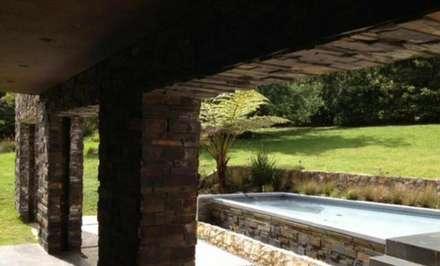 VILLA DE LUJO: Piscinas de estilo tropical de Architect Hugo Castro  - HC Estudio  Arquitectura y Decoración