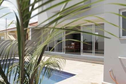 Piscinas de estilo  por canatelli arquitetura e design