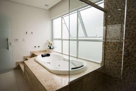 Banheiro Suíte: Banheiros modernos por L2 Arquitetura