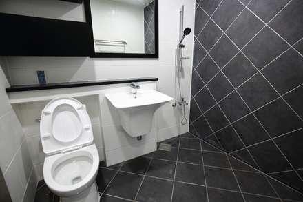 """interior & architecture  by INARK   인아크 건축 설계 인테리어 디자인 대구 평리동 """"까꿍하우스"""": inark(인아크)의  욕실"""