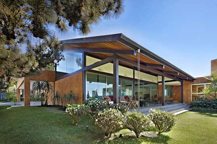 Casa do Sol 2: Casas tropicais por David Guerra Arquitetura e Interiores
