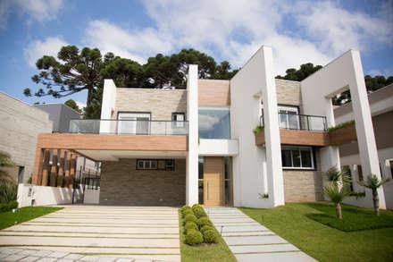 Residência A.K.: Casas modernas por Sakaguti Arquitetos Associados