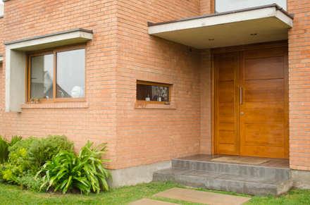 Puerta de acceso: Puertas y ventanas de estilo moderno por Ignisterra