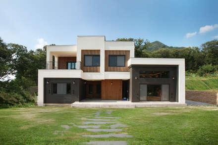주변 지형과 어우러지는 고급스러운 모던스타일 전원주택[경기 양평]: 지성하우징의  주택
