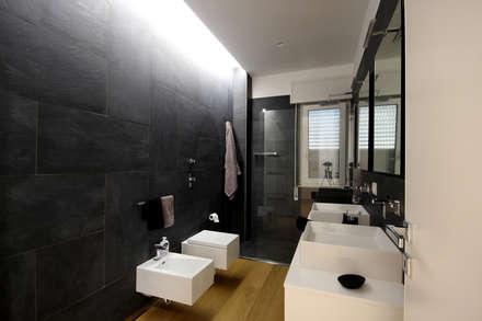 Casa Dash: Bagno in stile in stile Minimalista di Ad'A