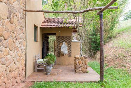 Deck externo: Jardins rústicos por Valquiria Leite Arquitetura e Urbanismo