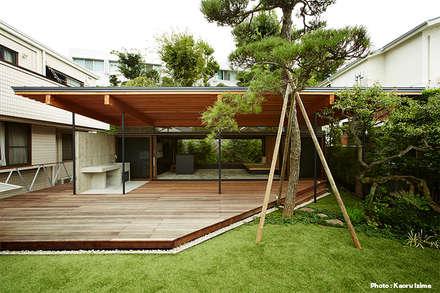 大きな屋根のBBQハウス: すわ製作所が手掛けた庭です。