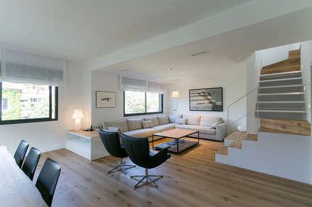 Piso en Sarrià: Salones de estilo minimalista de dom arquitectura