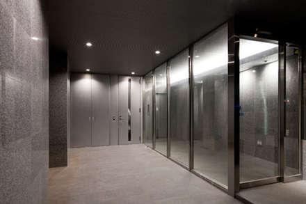 トウキョウ・タワーハウス: 株式会社Fit建築設計事務所が手掛けたガレージです。