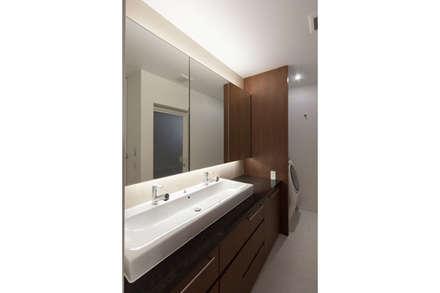 杉並のタウンハウス: 株式会社Fit建築設計事務所が手掛けた浴室です。