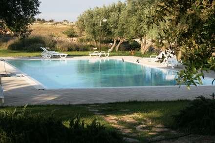 """Turismo rurale """"Avola Antica"""" (SR): Piscina in stile In stile Country di Emanuele Gentile Architetto"""