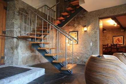 Casa em Famalicão   Reabilitação Urbana: Corredores, halls e escadas modernos por Valdemar Coutinho Arquitectos