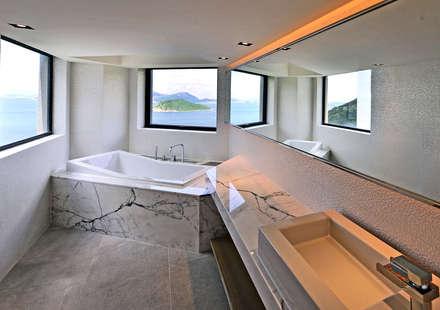 THE RIBBON HOUSE: minimalistic Bathroom by FAK3
