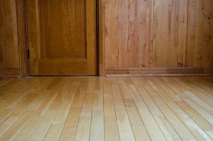 Piso en madera de Lenga: Paredes y pisos de estilo rústico por Ignisterra