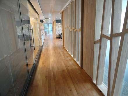 Piso y molduras de Lenga en proyecto oficina Energía Andiina.: Paredes y pisos de estilo clásico por Ignisterra
