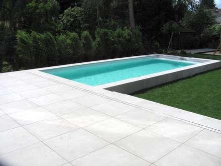 Der Übergang von Terrasse zum Pool: moderner Pool von Hesselbach GmbH