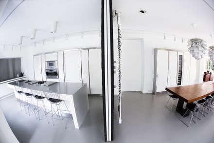 Porte Scorrevoli di Design - Panoramica completa: Finestre in stile  di Dima snc di Maiocchi Dario e c.