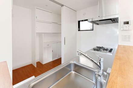 ソトを取り込む家: 株式会社Fit建築設計事務所が手掛けたキッチンです。