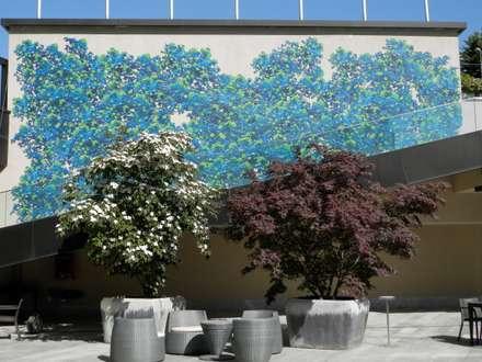 Terrazzo e giardino con pannelli in dibond: Terrazza in stile  di Dima snc di Maiocchi Dario e c.