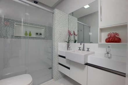 Banheiro de hospedes: Banheiros modernos por Eveline Sampaio Arquitetura e Interiores