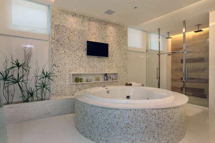WC Master: Banheiros modernos por Eveline Sampaio Arquitetura e Interiores