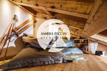 Soppalco / Area relax: Studio in stile in stile Rustico di Ambra Piccin Architetto