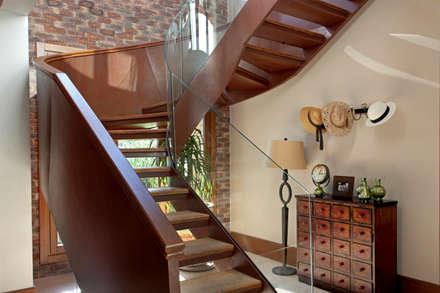 Casa charmosa em Monte Mor - SP: Corredores, halls e escadas campestres por Célia Orlandi por Ato em Arte