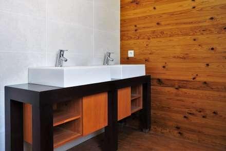 Soalho: Casas de banho modernas por Lethes House