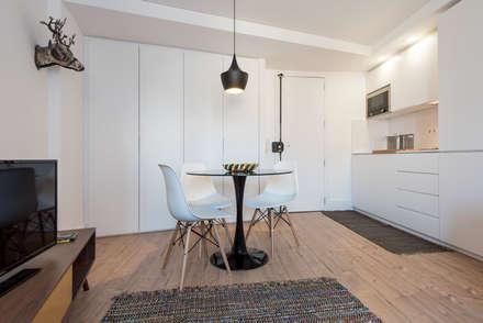 Apartamento pequeno - Sala Comum: Salas de jantar minimalistas por OW ARQUITECTOS I simplicity works | geral@ow-arquitectos.com