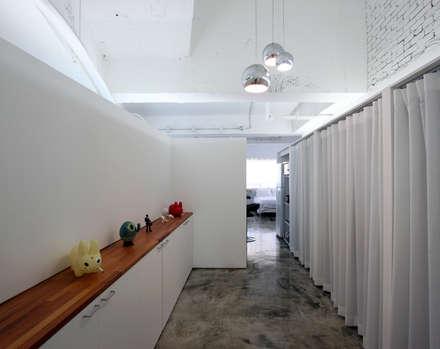 OYOUNG RESIDENCE: HJL STUDIO의  복도 & 현관