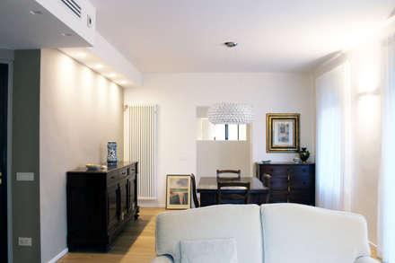 Relooking appartamento datato: Soggiorno in stile in stile Moderno di SuMisura