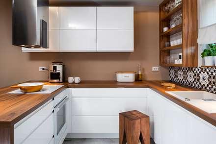 szeregówka po duńsku: styl , w kategorii Kuchnia zaprojektowany przez RedCubeDesign